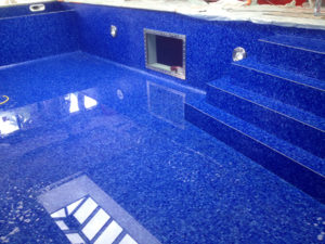 Hublot dans piscine mosaïque